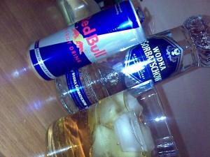 Eiswürfen, Wodka und Red Bull